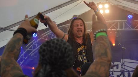 Lange Haare, Bier und bunte Tattoos. Beim Rock & Loc-Festival in Anhofen zeigten sich die Künstler und ihr Publikum auch optisch im Einklang. Das familiäre Musikspektakel zog in diesem Jahr fast 500 Besucher an.