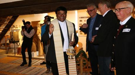 Ortspfarrer Pater Eli nahm die Segnung der neuen Museumsräume vor. Ehrenvorsitzender des Heimatdienstes Alfred Walter (rechts) freute sich gemeinsam mit (weiter von rechts) Josef Seeger und Werner Gingele.