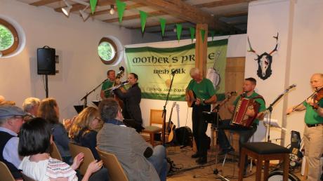 """Die fünf Musiker der Irish-Folk-Gruppe """"Mother's Pride"""" verwandelten bei ihrem Auftritt in Pfaffenhausen die Schranne in ein kleines Stück Irland."""