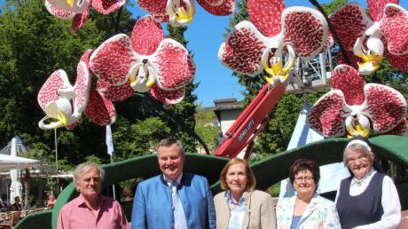 Siegried Unsin und Bürgermeister Paul Gruschka (von links) eröffneten mit weiteren Gästen den Blütenzauber am Denkmalplatz
