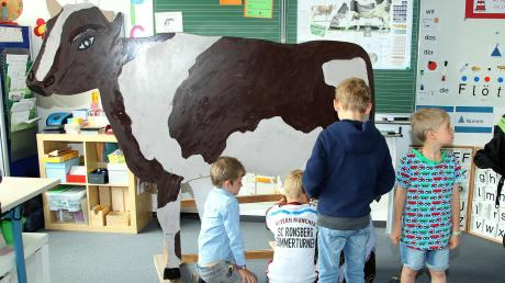 Dass die Milch nicht aus dem Tetrapak kommt, lernten die Schüler beim Melken der künstlichen Kuh.