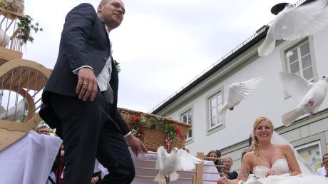 """Irene und Benjamin Auerbach feierten jetzt in Wiedergeltingen ihre Traum-Hochzeit – auch wenn es mit der Brautkleid-Suche bei der TV-Show """"Zwischen Tüll und Tränen"""" nicht wie gehofft geklappt hatte. Darüber können die beiden frisch Vermählten heute nur noch lachen."""