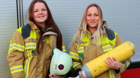 """Die 37-jährige Tanja Grünwald (rechts) und ihre 20-jährige Feuerwehrfreundin Eva Frey haben sich heuer beim außergewöhnlichen Wettkampf in Berlin, dem """"Firefighter Stairrun"""", angemeldet und mitgemacht."""