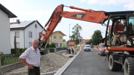 Bald geben die Bagger die Durchfahrt durch die Mitte Rammingens frei. Bürgermeister Anton Schwele freut sich auf die Fertigstellung der Hauptstraße.