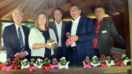 Zufrieden mit dem Fest sind Walter Merkt, Förderstättenleiterin Eva Mang, ihr Vorgänger Engelbert Bachmann, MdL Franz Pschierer und Konrad Merkl vom DRW.