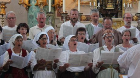 """Der Projektchor hatte extra zum historischen Fest in Markt Wald die """"Missa festiva"""" von Christopher Tambling einstudiert. Gemeinsam mit dem Duo """"Saitenspuren"""" präsentierten die Sänger das Werk in der Kirche."""