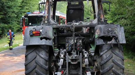 Im Wald bei Breitenbrunn hat am Freitag ein Traktor Feuer gefangen. Wegen der Gefahr eines Waldbrands wurden gleich zahlreiche Feuerwehren alarmiert.