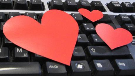 """Die Liebe im Internet finden Menschen schon länger – seit 18 Jahren gibt es auch einen passenden Gedenktag dazu, den """"Virtual love day"""". Wir haben unsere Leser nach ihren Online-Liebesgeschichten befragt. Drei davon stellen wir Ihnen heute vor."""