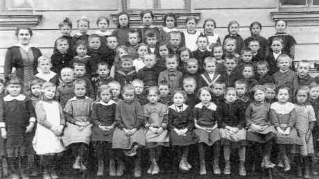 """Dieses """"Klassenbild"""" aus Pfaffenhausen stammt aus dem Jahr 1919. Es zeigt die Geburtsjahrgänge 1910 bis 1912 mit ihrem Fräulein Lehrerin."""