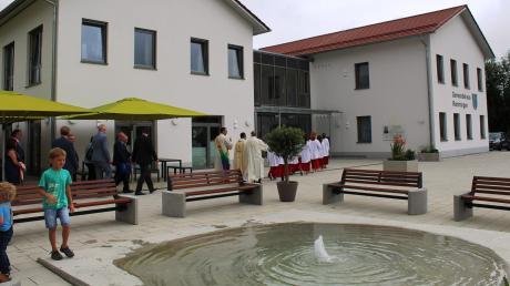 Rund 2,8 Millionen Euro hat sich die Gemeinde Rammingen ihr neues Gemeindehaus kosten lassen. Während die Festgäste zur Einweihung zogen, übernahm die Jugend den schön gestalteten Dorfplatz mit Brunnen.