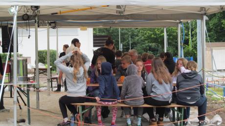 Noch bis zum 8. August verbringen die Münchner Kinder die Ferien im Zeltlager in Türkheim. Treffpunkt für alle ist das Speisesaal- und Aufenthaltszelt.