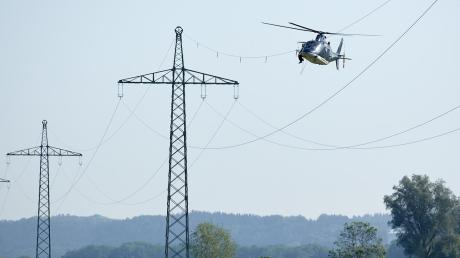 Ein Hubschrauber an der Stromleitung? Alles in Ordnung, vermelden die Lechwerke.