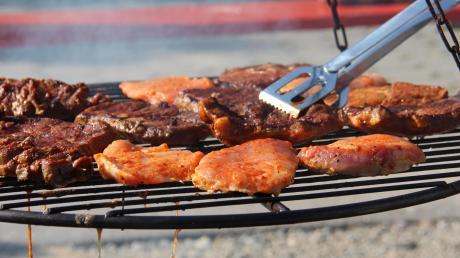 Robert Wohlhaupter und Erwin Schneider sorgten dafür, dass das Fleisch gut durchgebraten auf den Tellern landete.