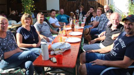 Die Bewohner des Gassenwegs in Eppishausen freuen sich, dass sie eins der drei MZ-Grillfeste in diesem Jahr gewonnen haben. Nicht mehr lang, dann werden die noch Teller mit Fleisch und selbstgemachten Salaten befüllt.
