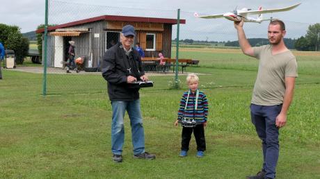 Der sechsjährige Valentino war das jüngste Ferienkind auf dem Modellflugplatz in Breitenbrunn. Fasziniert schaute er zu, wie die kleinen Flieger in die Luft gingen.