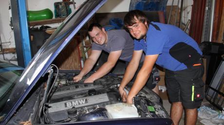 Unzählige Stunden und Tage  die Abenteurer damit, den alten BMW für die 4000 flott zu machen. Matthias  (rechts) und Johannes Schindler starteten am Freitag nach Graz.