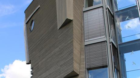 Seit 1996 steht der Holzkopf an der A 96: Er beinhaltet nicht nur die Büros der Architekten, sondern wirkt für Baufritz auch als Werbeträger.