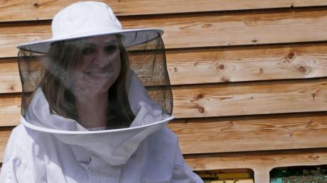 Gut geschützt geht Verena Ratzinger nur an den Bienenstock, wenn aufwendigere Arbeiten im Inneren notwendig sind. Sonst braucht sie keinen Schutzanzug, denn ihre Bienen sind brav.