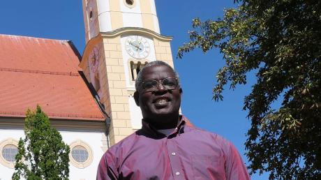 Pfarrer Henry Sserwaniko Nganda hilft gerade in der Pfarreiengemeinschaft Pfaffenhausen aus und hält am Mittwoch, 11. September, einen Vortrag über seine Heimat Uganda, wo er verschiedene Schulen betreibt.