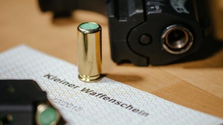 Um eine Schreckschusspistolen führen zu dürfen, ist der sogenannte kleine Waffenschein nötig.