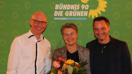 Doris Hofer nach der Nominierung mit Grünen-Ortssprecher Michael Scharpf (links) und Stadtrat und Bezirksvorsitzendem Daniel Pflügl.