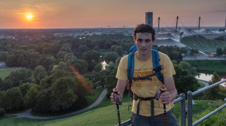 Ziemlich abgekämpft, aber auch ziemlich glücklich hat Helmut Moser sein Ziel erreicht: Nach rund siebzehneinhalb Stunden reiner Gehzeit kam er pünktlich zum Sonnenuntergang auf dem Olympiahügel in München an.
