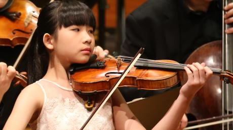 Zwölf Jahre alt ist Chloe Chua, die beim Eröffnungskonzert des Festivals der Nationen das erste Ausrufezeichen setzte.