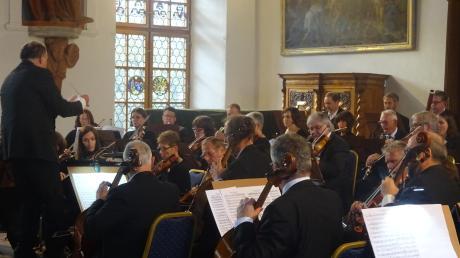 Unter der Leitung von Gerhard Fackler spielte die neue Schwäbische Sinfonie im Kirchheimer Zedernsaal. Beeindruckende Werke von Mozart und Beethoven entfalteten im historischen Ambiente besondere Strahlkraft.