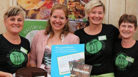 """Silvia Schlögel (links) sowie Christina Schilcher und Bettina Eder (von rechts) von """"Die Hauswirtschafterei"""" gratulierten Barbara Dietmaier aus Oberneufnach zum 1. Platz beim Rezeptwettbewerb."""