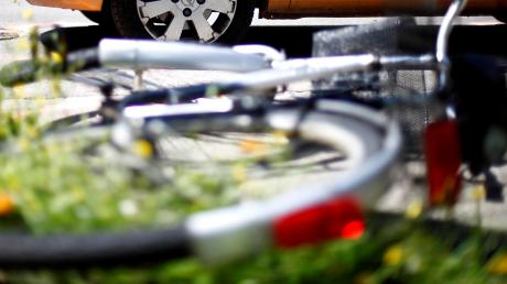 Ein 71-jähriger Autofahrer übersieht beim Abbiegen in Erdweg einen Radfahrer. Der 53.Jährige stürzt und muss in die Klinik geflogen werden.