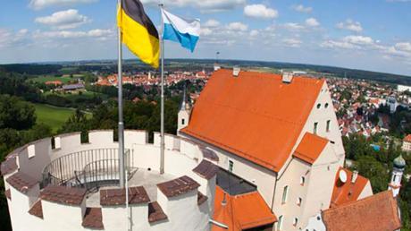 Weit ins Land hinaus und in die Kreisstadt hinab reicht der Blick vom Turm der Mindelburg. Das Burggebäude selbst ist für die Öffentichkeit nicht zugänglich. Hier hat der Verlag Sachon seine Büros untergebracht.