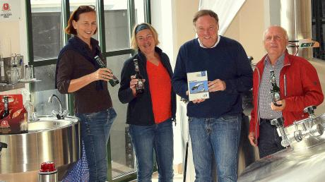 Blicken zurück auf zwei Jahrzehnte erfolgreiches Sponsoring: (von links) Storchen-Expertin Oda Wieding (von links), Brigitte Kraft von der LBV-Bezirksgeschäftsstelle, Brauereichef Hans Roth und der Kreisvorsitzende Georg Frehner (rechts).