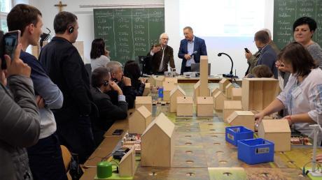 """Mit dem """"Energiedorf"""" in der Berufsschule kann der Stromverbrauch eines Ortes simuliert und berechnet werden. Jüngst hat sich eine hochkarätige Delegation aus der Ukraine dieses Projekt angesehen."""