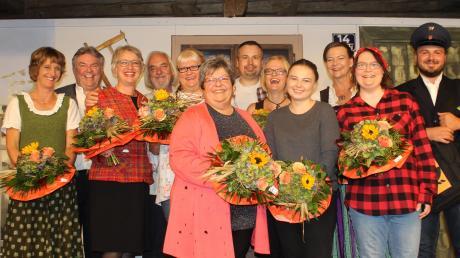 Freude über die gelungene Premiere eines ganz besonderen Stücks beim Theaterverein Türkheim, der heuer 40 Jahre alt wird.