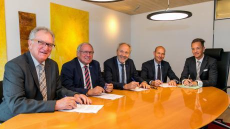 Sie sind die Architekten des neuen Allgäuer Klinik-Verbundes (von links): Aufsichtsratsvorsitzender Gebhard Kaiser, die Landräte Anton Klotz (Oberallgäu) und Hans-Joachim Weirather (Unterallgäu) sowie der Kemptener Oberbürgermeister Thomas Kiechle haben bei Notar Lorenz Bülow die Verträge unterzeichnet.