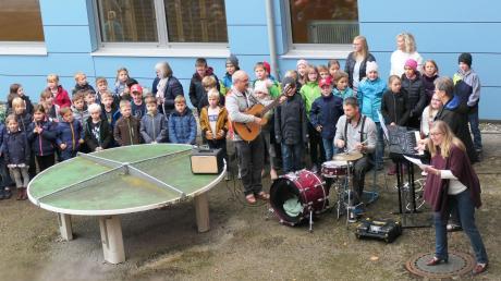 """Erst begannen die Grundschüler auf Deutsch, dann folgten nach und nach alle 22 Klassen der Grund- und Mittelschule Pfaffenhausen und sangen gemeinsam den englischen Text des Klima-Lieds """"We sing for the climate""""."""