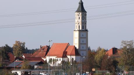 Unweit der Kirche liegt das Sportgelände von Schlingen.