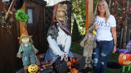 Claudia Stehr aus Mindelheim dekoriert ihren Garten immer sehr individuell. Derzeit ist Halloween dran.