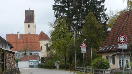 Tempo 30 im Bereich des Kindergartens von Dorschhausen, der unweit der Pfarrkirche liegt: Nicht jeder Verkehrsteilnehmer hält sich offenbar daran, denn bei der Bürgerversammlung gab es Klagen über zu schnelles Fahren auf der Schwabenstraße.