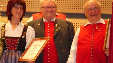Dem Liederkranz seit vielen Jahren treu: Chorleiter Thomas Müller bedankt sich bei Beate Lang (40 Jahre) und Hartmut Schmidt (60 Jahre).