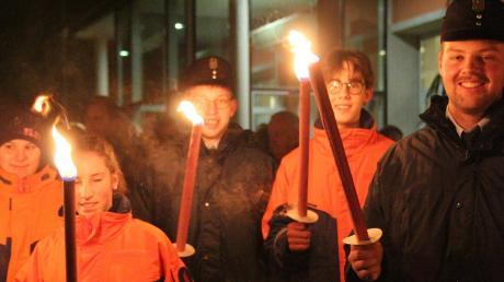 Mit einem Fackelzug zum Denkmalplatz feierten die Bad Wörishofer Musikkapellen, begleitet von Fackelträgern der örtlichen Feuerwehr, das 70. Jubiläum der Stadterhebung.