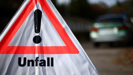 Die Polizei ermittelt gegen zwei Audi-Fahrer, die sich auf der A8 ein Rennen geliefert haben sollen. Einer der mutmaßlichen Raser krachte in den Wagen eines Rentnerpaares.