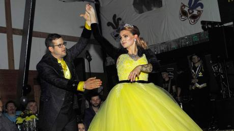 Prinzessin Emily Hartel und ihr Prinz Michale Demmler eröffneten die Jubiläumssaison der Markt Walder Zusamfunken mit ihrem Prinzenwalzer.
