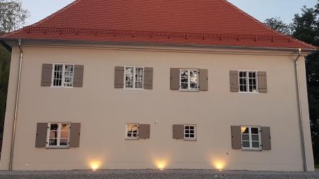 Die Gehwegleuchten am Unteregger Pfarrhof sorgen auch am Parkplatz für Helligkeit.