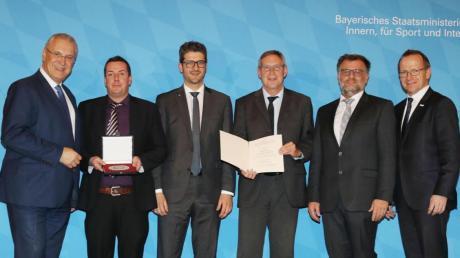 Große Ehre für den TSV Pfaffenhausen (von links): Innenminister Joachim Hermann, Matthias Zinder, Andreas Schiebel, Gerald Kraus, Bürgermeister Franz Renftle und BLSV-Präsident Jörg Ammon.