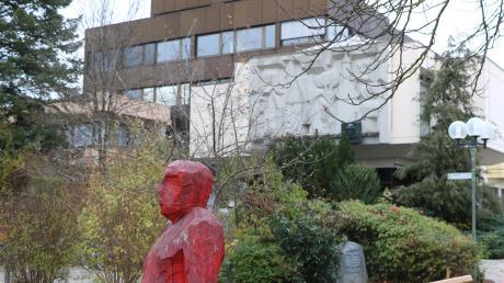 Im Rathaus von Bad Wörishofen gibt es ein Schimmelproblem im Archiv im Gebäudekeller und ganz oben ein Problem mit einem undichten Flachdach.