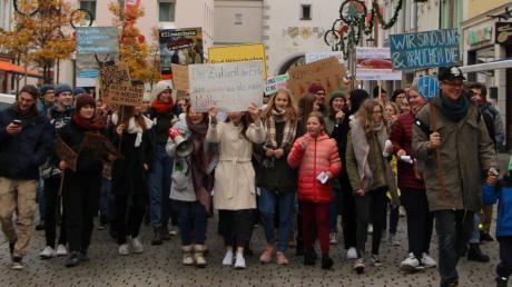 Mit Parolen, Live-Musik und Protestschildern zogen rund 200 Demo-Teilnehmer durch die Mindelheimer Innenstadt.