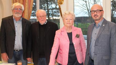 Regine Glöckner wurde mit großer Mehrheit zur Bürgermeisterkandidatin der Liste Team-Kneippstadt-SPD gewählt. Zu den ersten Gratulanten gehörten (von links): SPD-Fraktionsvorsitzender Stefan Ibel, Bad Wörishofens SPD-Ortsvorsitzender Reinhard Dörner und SPD-Landratskandidat und Fraktionsvorsitzender im Kreistag, Michael Helfert.
