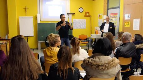 Auch an der Mittelschule in Mindelheim informierten sich Eltern ud Schüler bei einem Aktionstag über verschiedene Berufe. Vertreter von insgesamt 19 Betrieben berichteten über ihre Angebote.