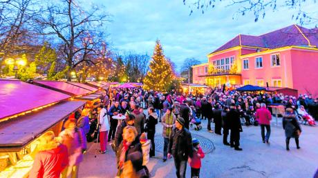 Am Wochenende ist es soweit: Der Weihnachtsmarkt vor dem Kurtheater und der Kunsthandwerkermarkt im Kurhaus öffnen ihre Pforten. An den drei verbleibenden Adventswochenenden gibt es dort Leckereien, Handwerkliches und viel Musik.